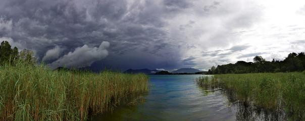 lago prima del temporale