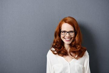 glückliche frau mit brille