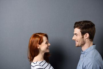 verliebtes paar schaut sich an