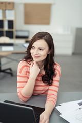 junge frau arbeitet mit laptop im büro