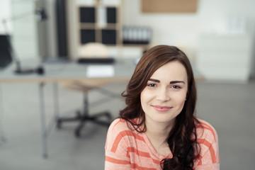 zufriedene junge mitarbeiterin im büro