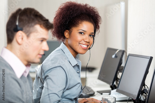 Female Employee Working In Call Center - 80734280