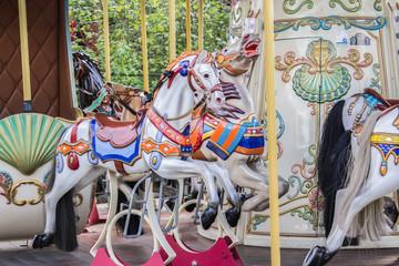 Historisches Kinderkarussell mit Pferden