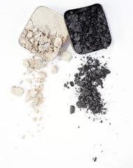 silberweißer und dunkelgrauer Lidschatten