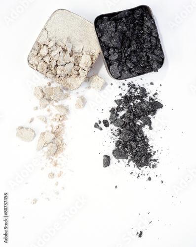 silberweißer und dunkelgrauer Lidschatten - 80737456
