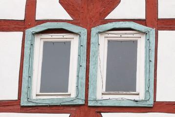 Rotes Fachwek mit grünen Fenstern