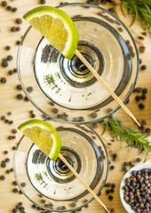 Cocktail mit Zitronenscheibe