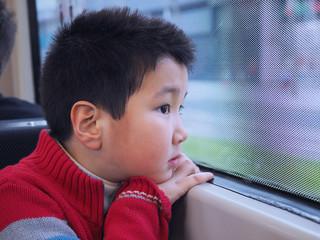 Niño en el tranvía