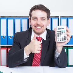 Mann im Büro mit Taschenrechner zeigt den Daumen