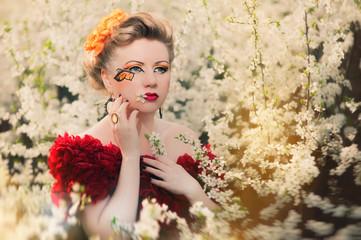 Девушка в цветущих деревьях