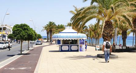 Calle con quiosco en Puerto del Carmen, Lanzarote