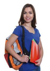 Studentin mit dunklen Haaren auf dem Weg zur Uni