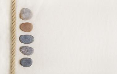 Sommerlicher Hintergrund mit Sand und Steine