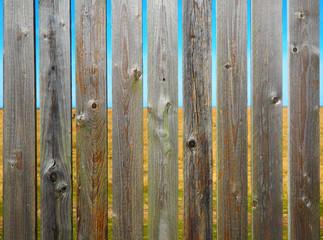 Holzzaun mit Landschaft im Hintergrund