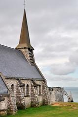 Eglise d'Etretat qui domine la mer et la pointe de l'aiguille