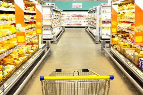 Staande foto Boodschappen cart at the grocery store