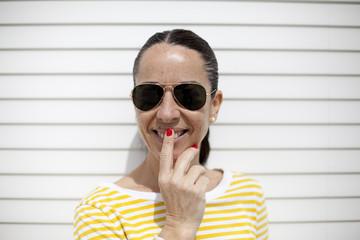 Mujer con jersey de rayas amarillo sonriendo