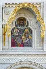 Mosaic icon of the Holy Apostles, Decoration above the entrance