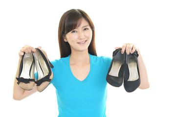 靴を持つ笑顔の女性