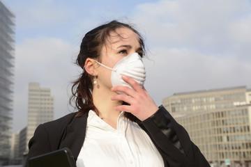 Geschäftsfrau mit digital tablet und Schutzmaske, Smog, Umwelt