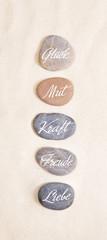 Einklang, Zen und Lebensfreude: Steine mit Wörter oder Text