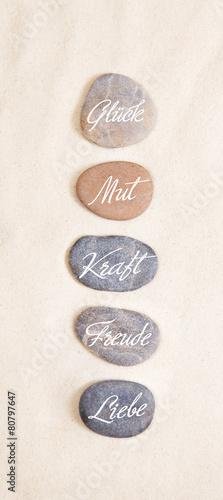 Einklang, Zen und Lebensfreude: Steine mit Wörter oder Text - 80797647
