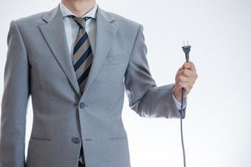 電源プラグを持つ男性