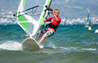 Teenager beim Windsurfen