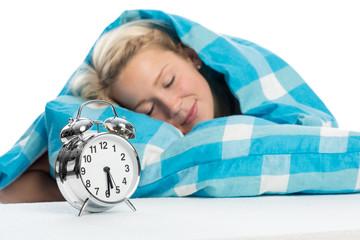 Blonde Frau schlummert im Bett