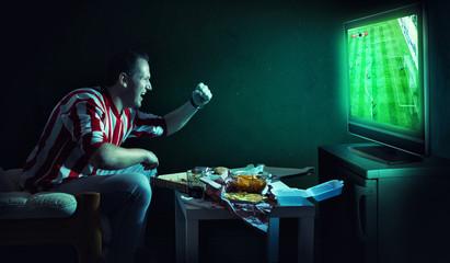 Fussball fan vorm Fernseher