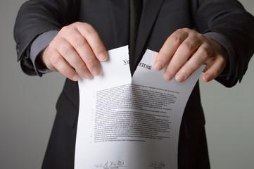 Geschäftsmann zerreisst einen Vertrag