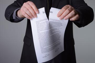 Geschäftsmann zerreisst einen englischen Vertrag