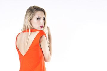 mujer joven asustada e intimidad de espaldas