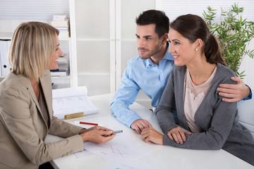 Junges Ehe Paar in einer Besprechung: Berater und Kunde