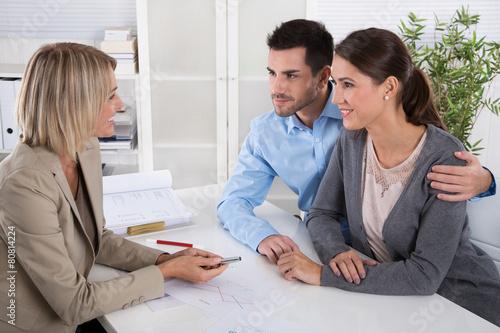 Junges Ehe Paar in einer Besprechung: Berater und Kunde - 80814224