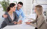 Junges Paar in einem business meeting: Berater und Kunde - 80814402