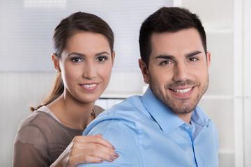 Kunden: Junges Ehepaar in einem Beratungsgespräch