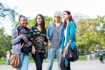 Multikulturelle Freunde stehen als Gruppe im Park