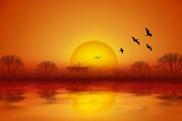 romantischer Sommer Sonnenuntergang an Wasser