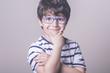 niño con gafas - 80822060