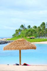 茅葺きパラソルとビーチ