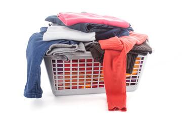Kleidung im Wäschekorb
