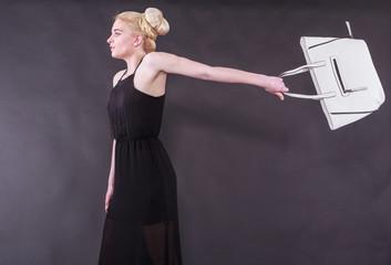 Schwungvolle junge blonde Frau mit der Handtasche