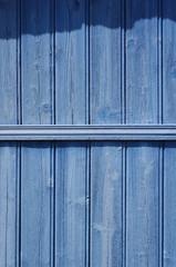 Hintergrund verwitterte Bretterwand in blau mit Schatten