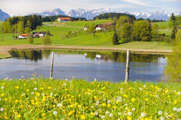 Bayern, Alpen, Berge, See und Bauernhof im Allgäu