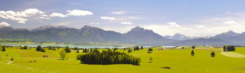 Panorama Landschaft in Bayern mit Berge der Alpen bei Füssen