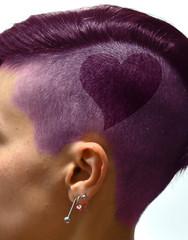testa di donna con capelli colorati e disegnati