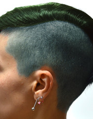 testa di donna con capelli colorati