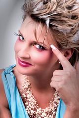 Junge Frau mit tollem Make Up zeigt Vogel