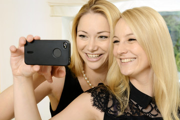 Freundinnen fotografieren Selfie mit Smartphone